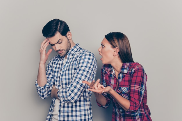 Cerca de la joven pareja peleando