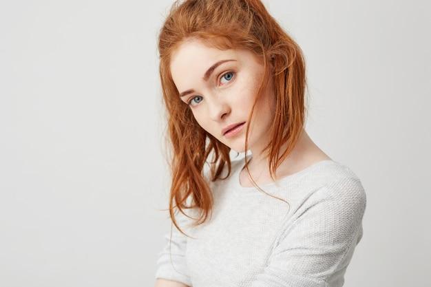 Cerca de joven tierna con hermoso cabello astuto rojo. copia espacio