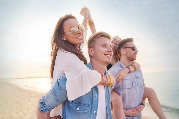 Cerca de jóvenes amigos divirtiéndose en la playa