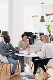 Cerca de jóvenes colegas que tienen una reunión