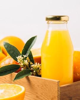 Cerca de jugo de naranja en una botella
