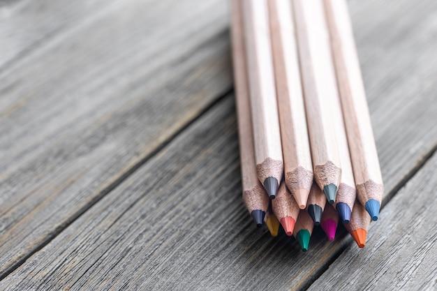 Cerca de lápices de colores para dibujar en el espacio de copia de fondo borroso.
