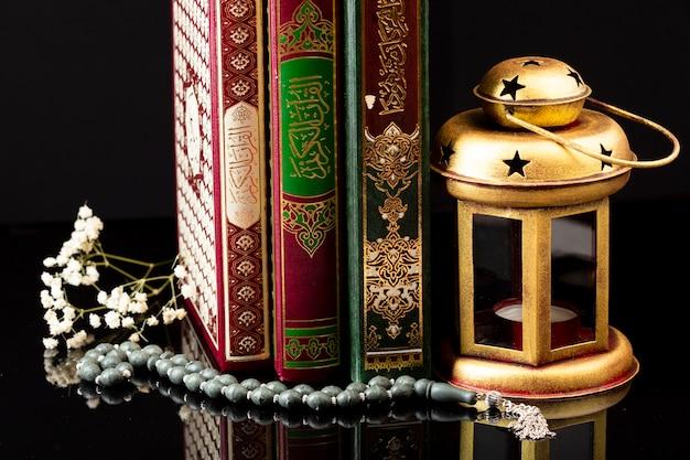 Cerca de los libros de islam en la mesa