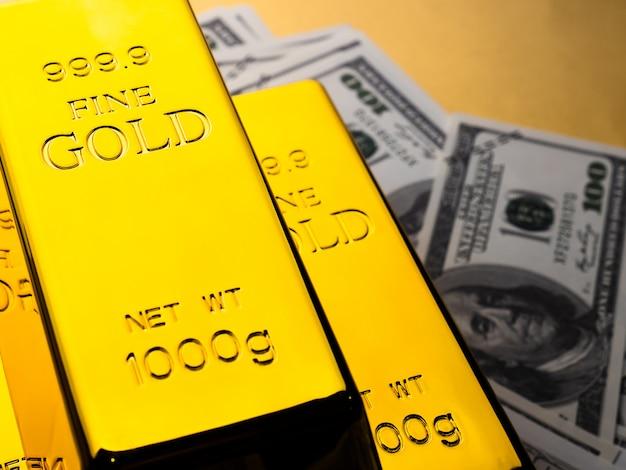 Cerca de lingotes de oro y billetes. concepto financiero