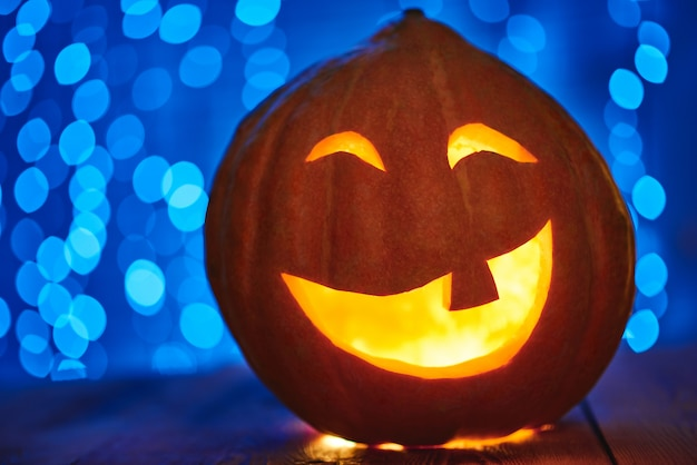 Cerca de una linterna de cara de gato de calabaza de halloween con luz de velas copyspace tradición celebración de otoño concepto espeluznante de miedo.