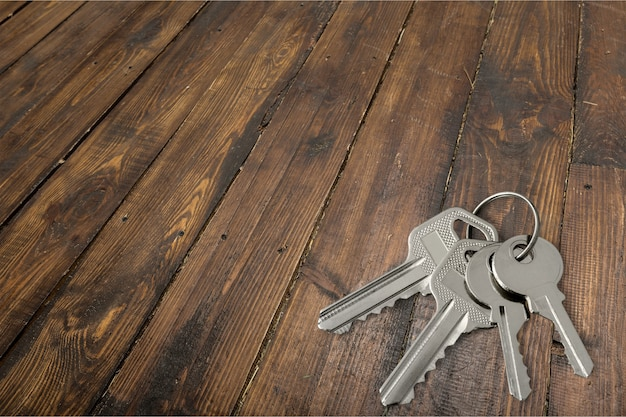 Cerca de llaves sobre fondo de madera