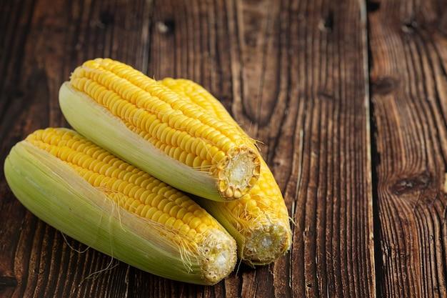 Cerca de maíz fresco listo para comer