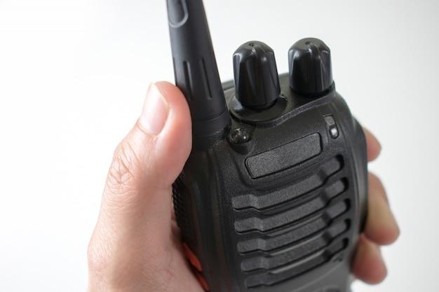 Cerca de la mano, mediante comunicación por radio. aislado sobre fondo blanco