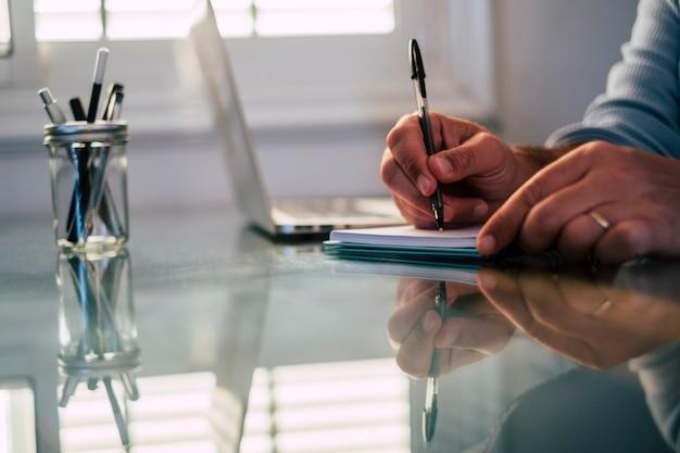 Cerca de manos caucásicas hombre trabajando y escribiendo en el teclado de la computadora portátil - concepto de trabajo de oficina y trabajo inteligente para hombre de negocios profesional o empresa corporativa de empleados