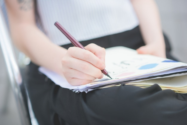 De cerca en las manos dibujando en un cuaderno de bocetos