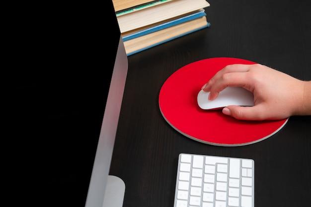 Cerca de manos escribiendo teclado y usando el mouse en la oficina. concepto de educación y trabajo en equipo.