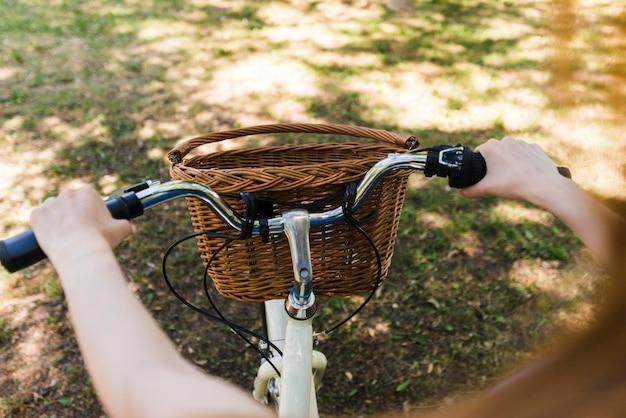 Cerca de las manos en el manillar de la bicicleta