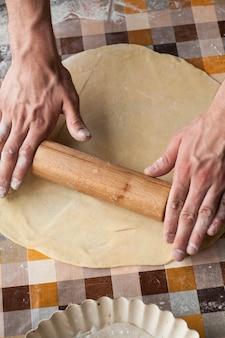 Cerca de manos masculinas amasar sobre una superficie en la celda