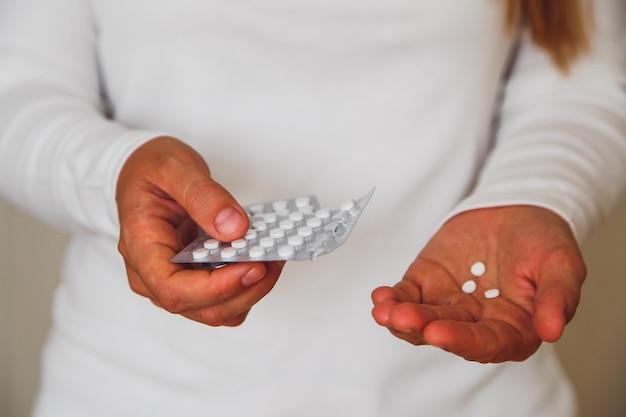 Cerca de manos y medicamentos dentro