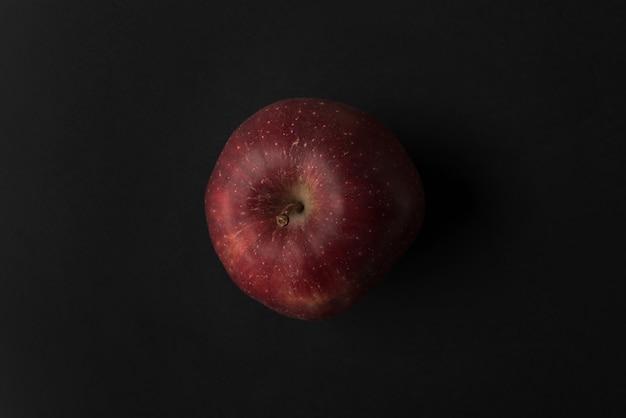 Cerca de una manzana roja fresca