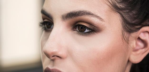 Cerca de maquillaje glamoroso