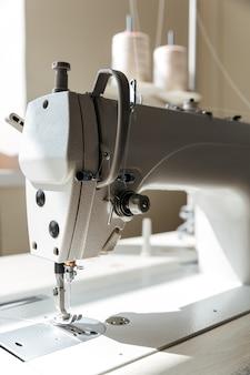 Cerca de la máquina de coser en taller