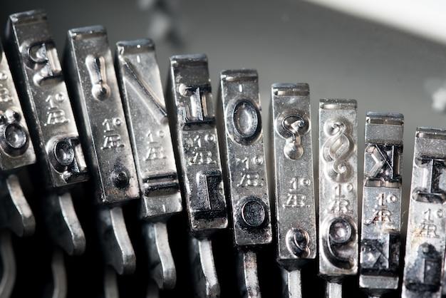 Cerca de la máquina de escribir de estilo retro en studio