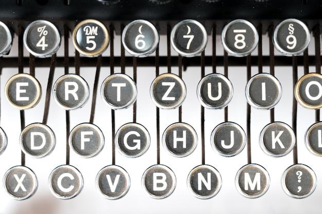 Cerca de la máquina de escribir de estilo retro