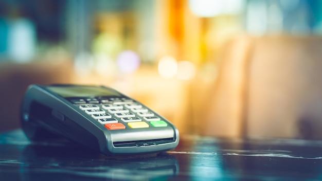 Cerca de la máquina de tarjeta de crédito