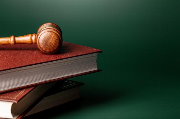 Cerca de un mazo de madera marrón y libro