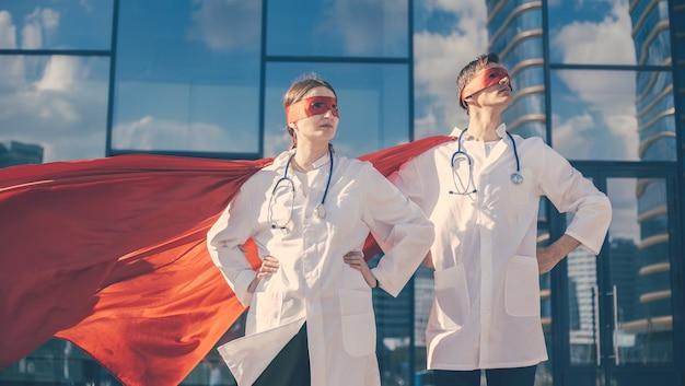 De cerca. los médicos son superhéroes de pie en una calle de la ciudad