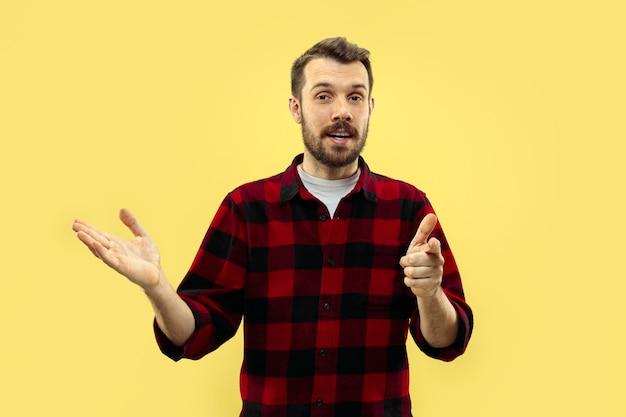 Cerca de medio cuerpo retrato de joven en camisa en amarillo