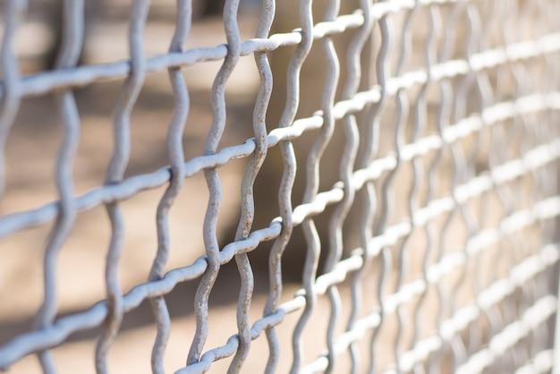 Cerca de metal de enlace de cadena en un primer plano de fondo