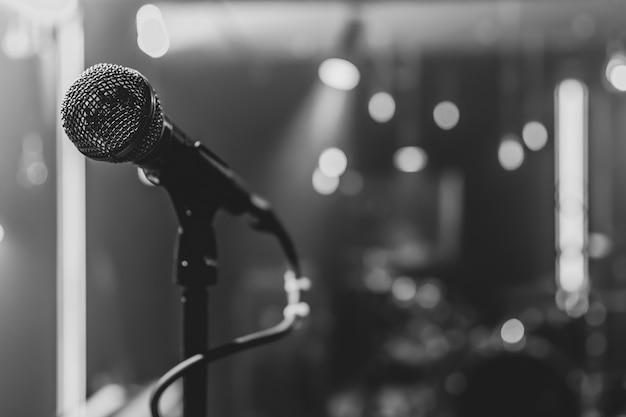 Cerca de un micrófono en un escenario de conciertos con una hermosa iluminación.