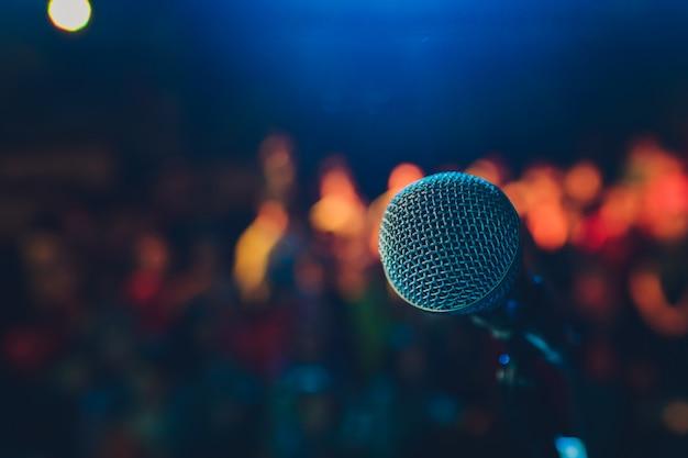 Cerca del micrófono en la sala de conciertos o sala de conferencias.