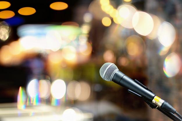 Cerca del micrófono en la sala de conciertos