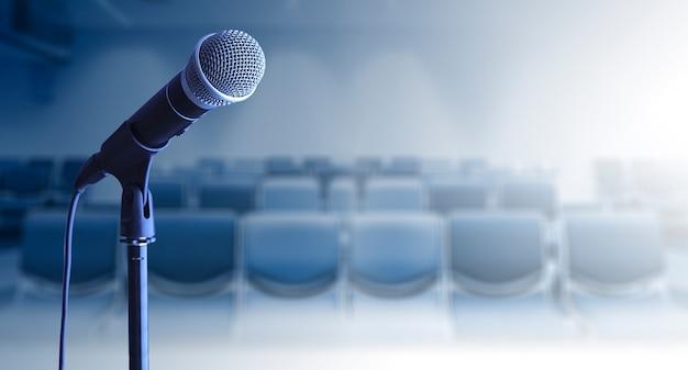 Cerca del micrófono en el stand en la sala de conferencias