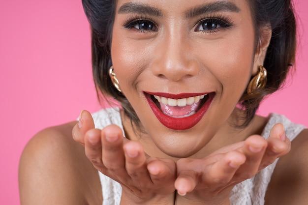 Cerca de moda mujer labios rojos gran sonrisa