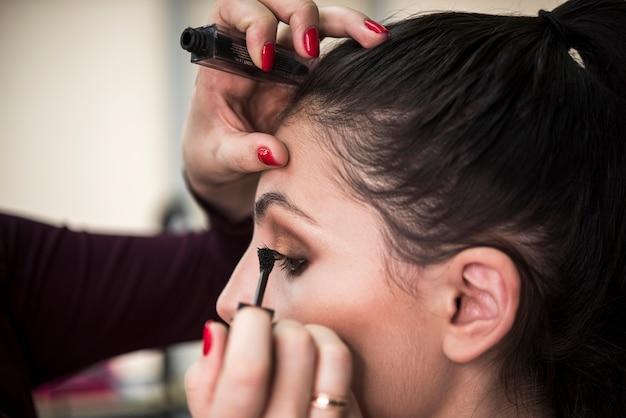 Cerca de modelo en salón de maquillaje