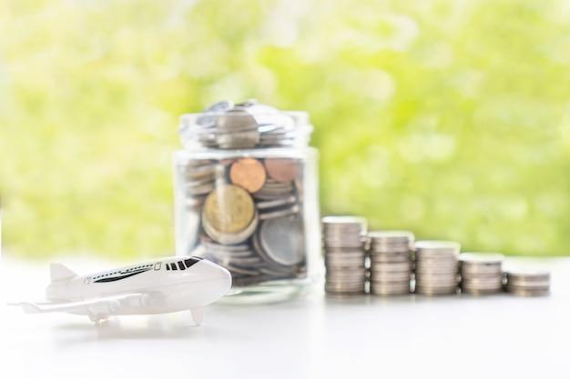 Cerca de monedas en frasco de vidrio. recoger dinero para viajes, concepto de ahorro.