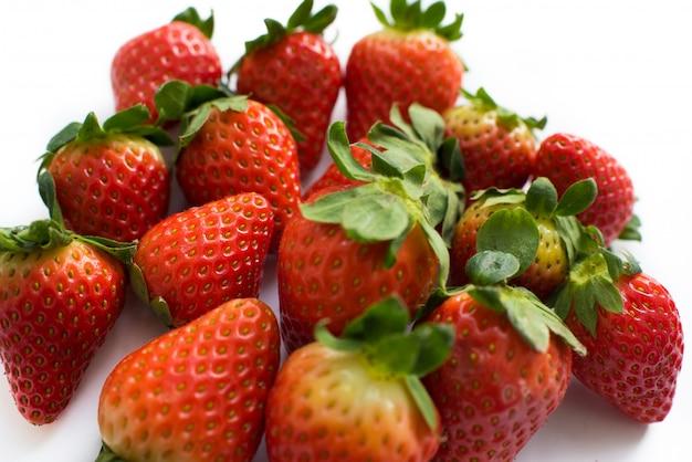 Cerca de un montón de primer plano de fresas jugosas frescas
