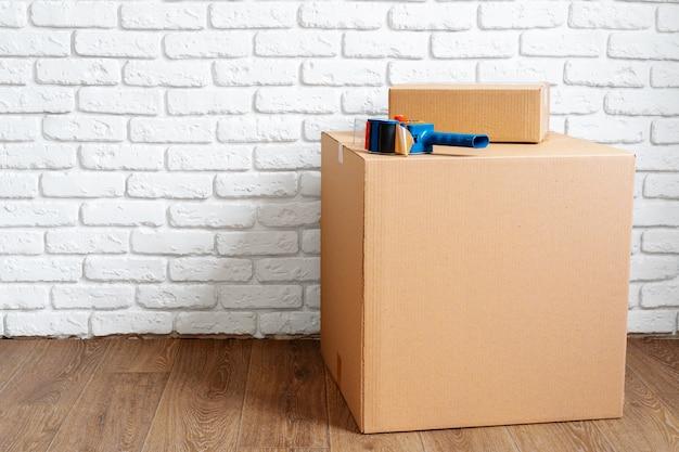 Cerca de mover cajas de cartón en una habitación vacía