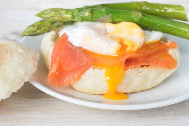 Cerca de muffin inglés con huevo escalfado