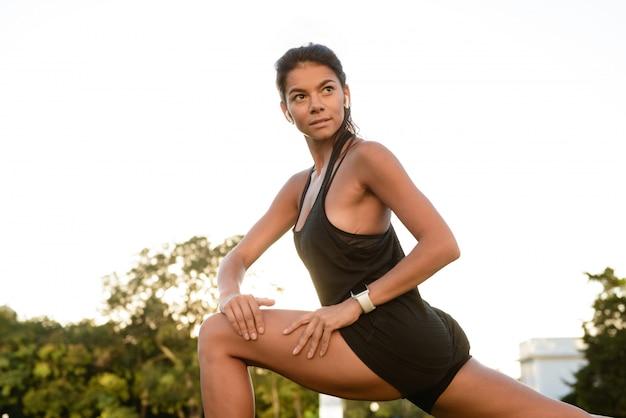 Cerca de una mujer concentrada fitness en auriculares