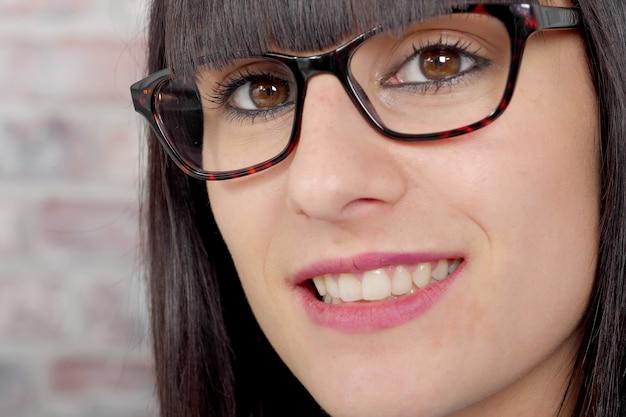 Cerca de una mujer con gafas