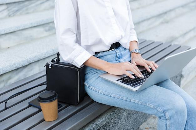 Cerca de una mujer joven sentada en un banco