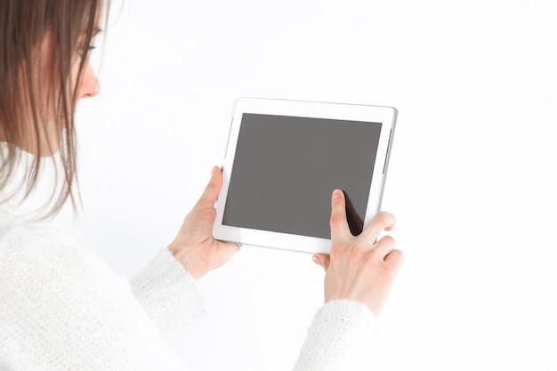 De cerca. mujer joven tocando la pantalla de la tableta digital.foto con espacio de copia