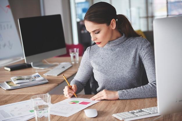 Cerca de mujer de negocios trabajadora
