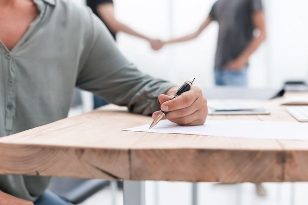 De cerca. mujer de negocios trabajando con documentos en la oficina. negocios y educación
