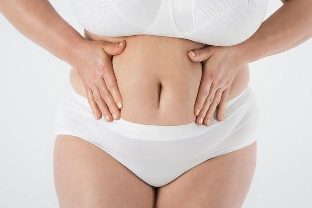 Cerca de mujer con sobrepeso aislada