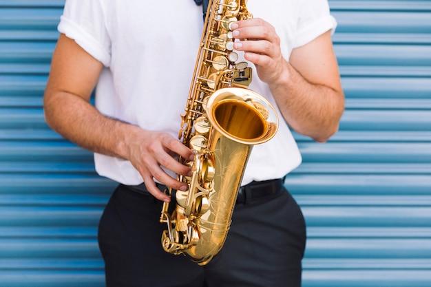 Cerca de músico tocando saxo