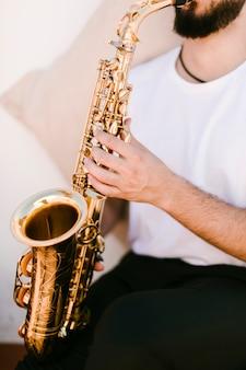 Cerca de músico tocando el saxofón