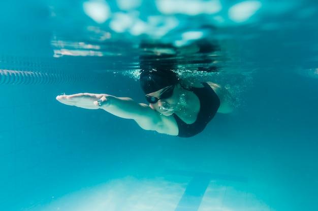 Cerca de nadador olímpico bajo el agua