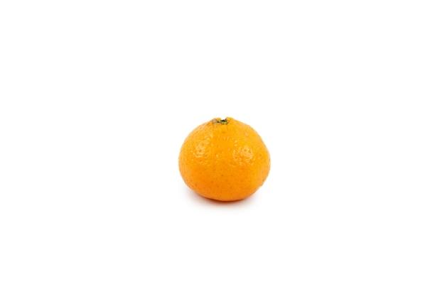 Cerca de la naranja mandarina aislar wallon superficie blanca.