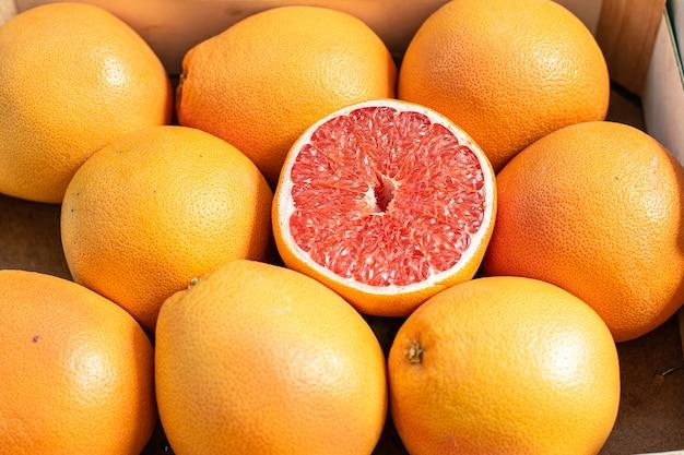 Cerca de naranjas y pomelos frescos